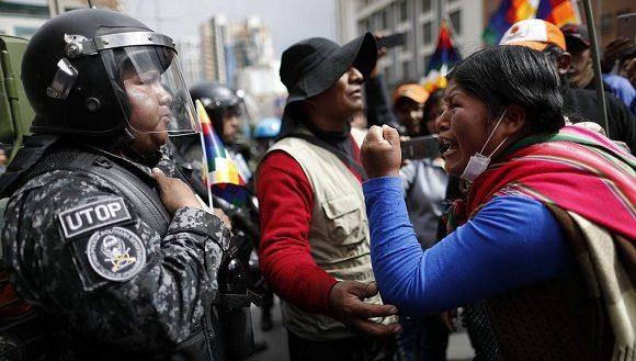 Simpatizante del Movimiento Al Socialismo se enfrenta a la policía en La Paz