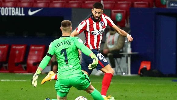 Carrasco regatea a Ter Stegen. Su gol decidió el partido a favor del Atlético de Madrid. Foto: Reuters