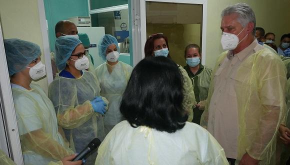 Díaz-Canel visitó el Laboratorio Provincial de Microbiología y Química Sanitaria. Foto: Estudios Revolución.