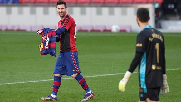 Messi rindió homenaje a Maradona al quitarse la camiseta y mirar al cielo, tras anotar un gol. Foto: Reuters.