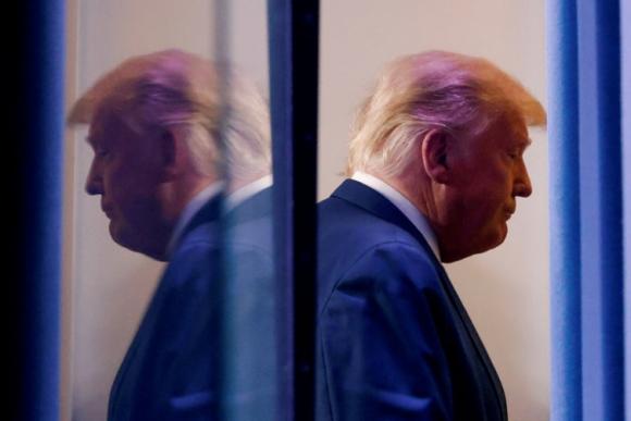 Donald Trump ratifica bajo presiones el nuevo plan de ayuda para la economía de EE.UU.