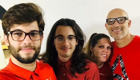 De izquierda a derecha: hermano de Hansel, Hansel, su mamá y papá el 17 de abril, día de la Hemofilia. Foto: Cortesía del Entrevistado.