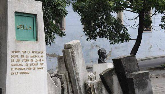 Rinden homenaje a Mella por 98 años de la FEU