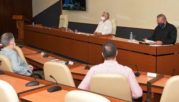 El encuentro por videoconferencia fue conducido por el Primer Ministro Manuel Marrero Cruz. En él, informaron gobernadoras y gobernadores de más de una decena de territorios. Foto: Estudios Revolución.