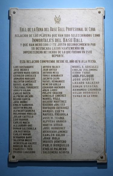 En esta tarja aparecen los peloteros electos al Salón de la Fama que jugaron en la Liga Profesional cubana. Foto: Boris Luis Cabrera.