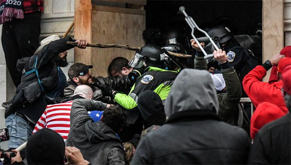 Asaltantes al Capitolio en Washington pretendían capturar y asesinar a funcionarios, según fiscales de EEUU