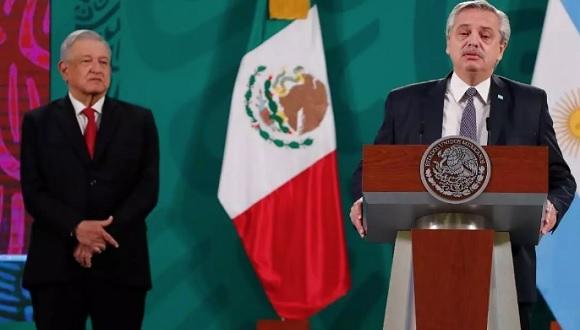 López Obrador y Fernández pusieron como ejemplo de su estrategia la alianza que formaron para producir y envasar de manera conjunta la vacuna Oxford-AstraZeneca. Foto: France24