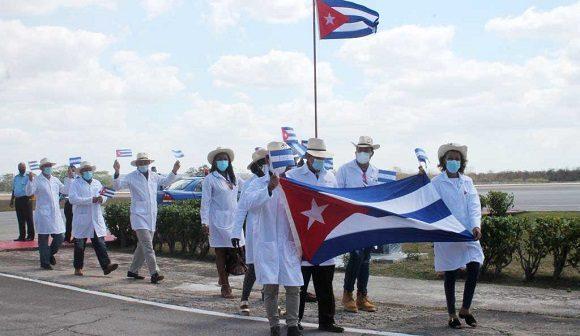 Regresan a Cuba médicos que prestaron ayuda en Honduras por desastres naturales