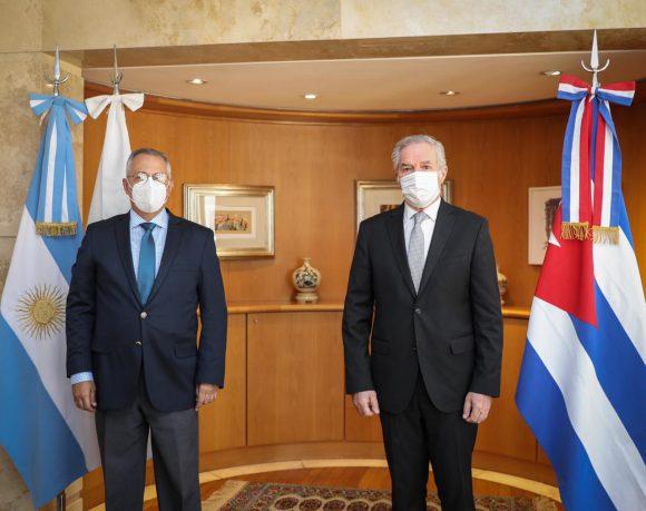 El canciller Felipe Solá con el embajador de Cuba en la Argentina Pedro Pablo Padra