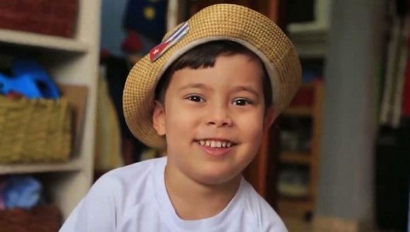 Lucas Baños Alvariño, el niño que encarna el personaje de Chamaquili, protagonista del libro Chamaquili y la pandemia, de Alexis Díaz Pimienta, llevado al audiovisual y proyectado en la TV cubana. Foto: La Jiribilla.