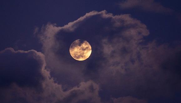 La imagen del día: Así se ve la gran Superluna rosa desde La Habana