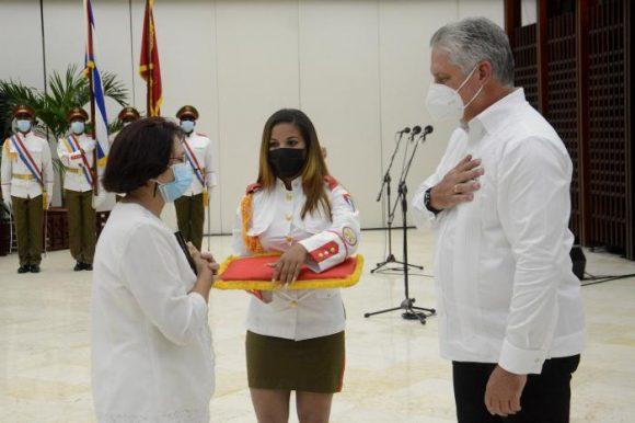 Entregan título honorífico de Héroe del Trabajo de la República de Cuba. Foto: Estudios Revolución.