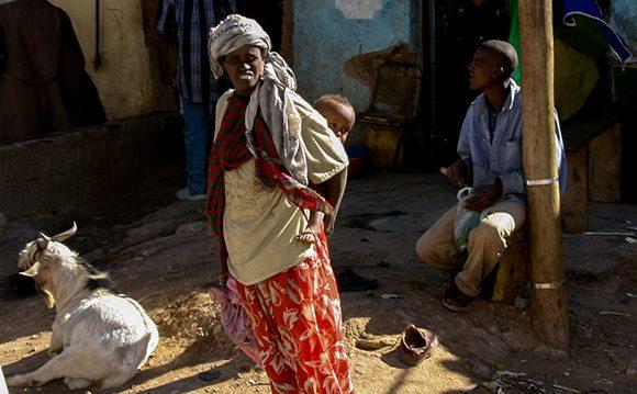 Mujer carga a sus espalda su bebe, en Etiopía. Foto: Ismael Francisco/ Cubadebate.