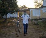 Gabriel Piñeiro, joven estudiante de cuarto año de Medicina, en labores de pesquisaje en su comunidad. Foto: Ismael Francisco/ Cubadebate.