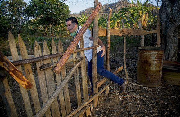 Gabriel en labores de pesquisaje en zonas rurales. Foto: Ismael Francisco/ Cubadebate.