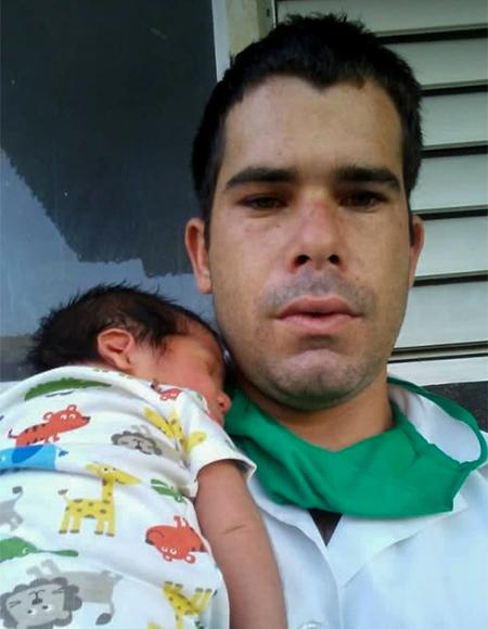 Gabriel carga en brazos a su hijo (Gabriel Santiago) recién nacido. Foto: Ismael Francisco/ Cubadebate.