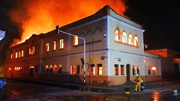 Las llamas han arrasado buena parte del tejado y el segundo piso de la institución judicial de Tuluá. Foto: tomada de La Razón.co