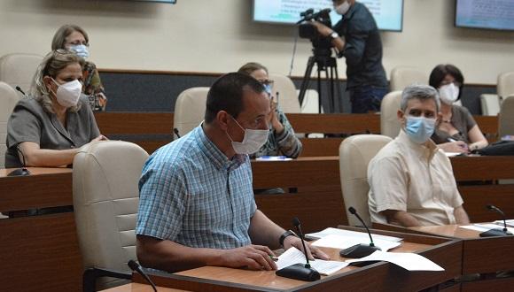 El titular de Salud, José Ángel Portal Miranda, informó que en Cuba, en los últimos quince días, fueron diagnosticados 17 392 casos como positivos a la COVID-19. Foto: Estudios Revolución.