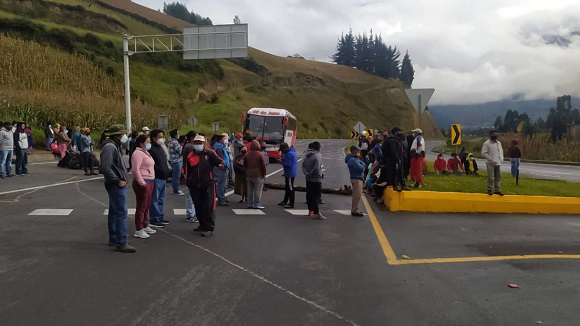 Protesta en la provincia de Imbabura, Ecuador, para exigir la derogación de varios decretos. Foto: Tomada de la cuenta en Twitter de la CONAIE.