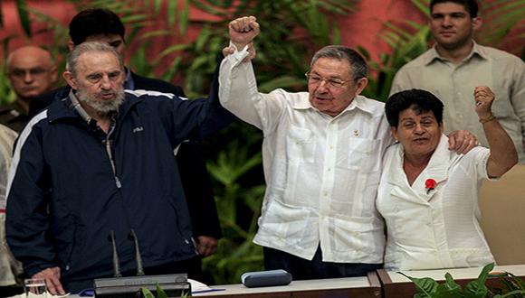 Fidel, Raúl y Nemesia. Foto: Ismael Francisco/ Cubadebate.