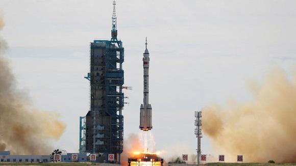 Nave con tres astronautas se acopla a la estación espacial china