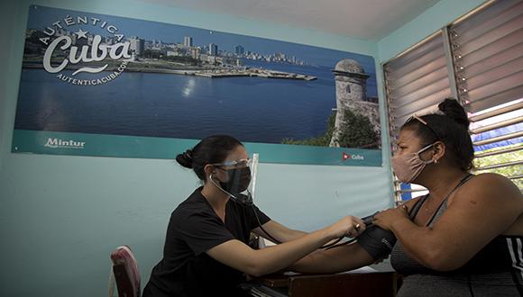 Daniela Riverón, estudiante de Medicina, le toma la tensión arterial a una paciente antes de vacunarse con Abdala, en el Consultorio #17 de Río Verde, Boyeros, La Habana. Foto: Ismael Francisco/ Cubadebate.