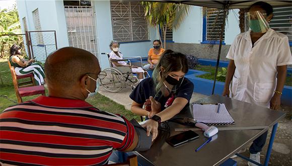 La doctora Milagros Fundora, del Consultorio ·#17 de Río Verde, chequea todo el proceso de vacunación con Abdala. Foto: Ismael Francisco/ Cubadebate.