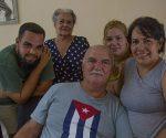 Orlando Cardoso Villavicencio junto a su familia. Foto: Ismael Francisco/ Cubadebate.