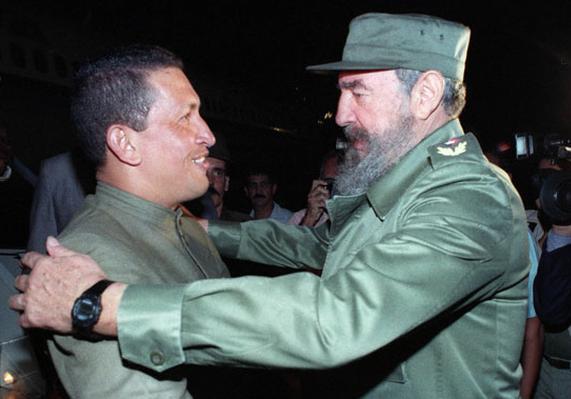 Primer encuentro de Chávez y Fidel, el 13 de diciembre de 1994, en el aeropuerto José Martí, La Habana. Foto: Ismael Francisco/ Cubadebate
