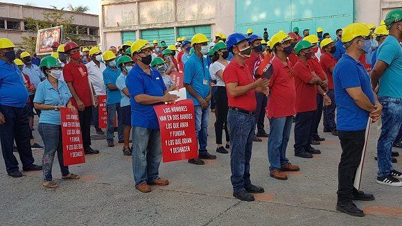 Miguel Díaz-Canel Bermúdez llegó bien temprano este jueves a la Empresa de Mantenimiento a Centrales Eléctricas en La Habana, como reconocimiento a los héroes anónimos que hace pocos días, en tiempo récord, repararon la termoeléctrica Antonio Guiteras. Foto: @aparedesrebelde / Twitter