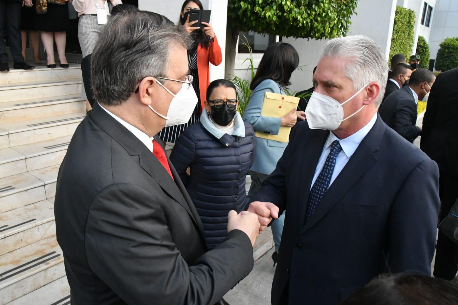 En el Aeropuerto Internacional de la Ciudad de México, el canciller Marcelo Ebrard recibió al mandatario cubano y a su esposa, Lis Cuesta.
