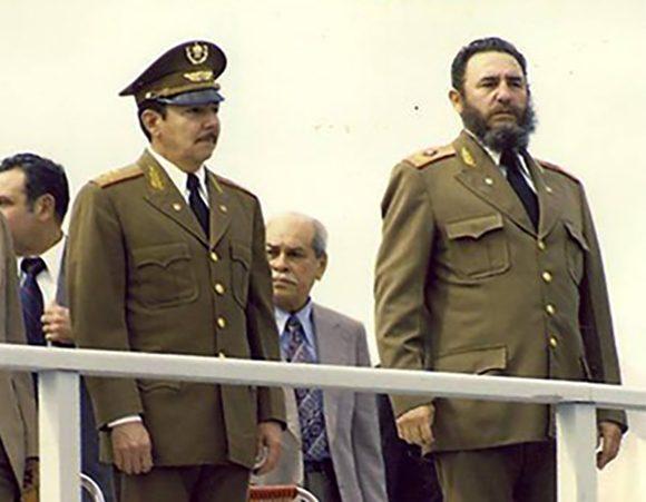 Fidel junto a Raúl durante el acto de masas y la velada solemne en honor a las víctimas del sabotaje. Foto: Fidel, Soldado de las Ideas.